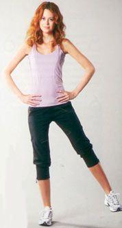 1. Bacak yana açış: Ayaklarınızı omuz hizasında açılıp ayakta durun. Bir ayak yerde sabit, diğer bacağı yana açın ve başlangıç pozisyonuna dönün. Hareket ayaklara elastik band takılarak da yapılabilir. 4 set halinde yapın, her set 12–15 tekrardan oluşmalı.  Çalışan bölge: Kalça, bacak kasları.